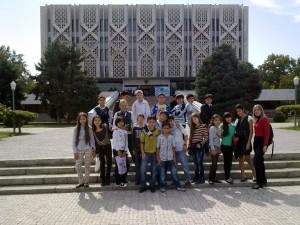 Коллективная фотография перед Музеем истории Узбекистана