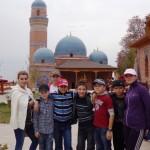 На фоне мемориального комплекса Хазрат Али