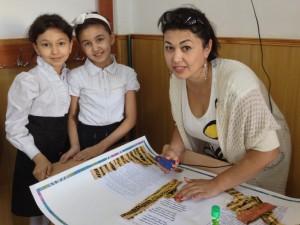 Дилноза Сайфуллаевна со своими дочерьми. Подготовка стенгазеты к празднику