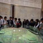 Ребята вокруг карты Узбекистана