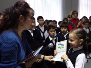 Гульчехра Азизовна вручает грамоту Эвелине Исмагиловой