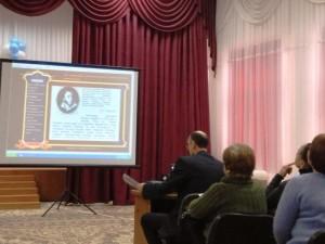 Максим Борисович Черных демонстрирует электронный учебник по литературе
