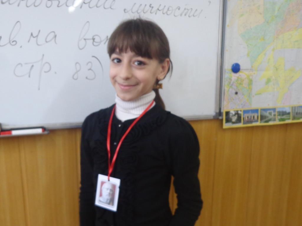 """Виолетта Бабаянц (5 """"А""""). Получение награды за лучший реферат"""