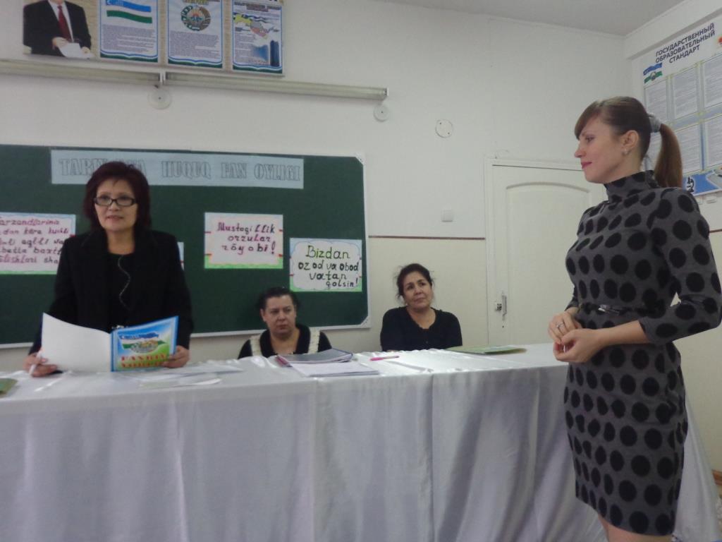 Гетта Михайловна вручает грамоту