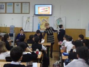 Ирина Борисовна и Нурали Шириев подсчитывают цифры