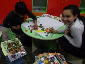 """Азиза Рустамова (9 """"В"""") Помогает художнику оформлять газету к празднику"""