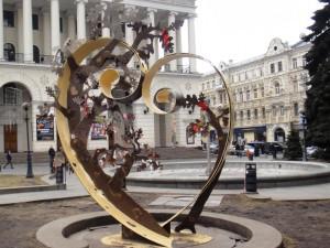 Металлическое сердце в центре Площади Независимости
