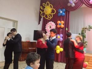 Танцы под исполнение песен Равшана Закирова