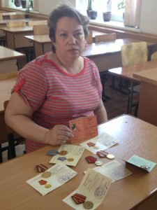 Елена Владимировна Якушевич с наградами дедушки