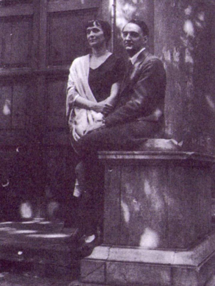 Анна Ахматова и Николай Пунин в саду Фонтанного дома. 1925.