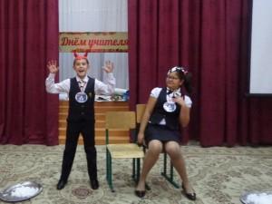 Мухаммаджон Хикматуллаев в роли нечистой силы и Азиза Алиева в роли нарушителя ПДД