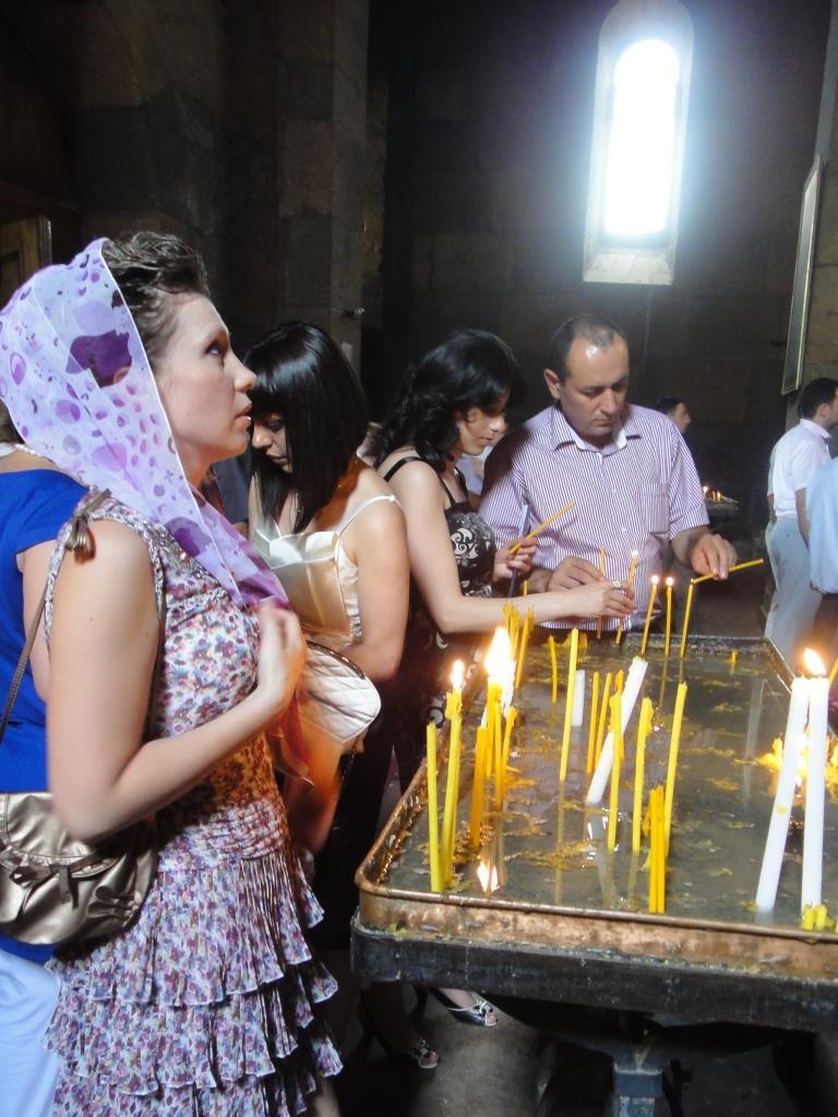 Ставлю свечи в Церкви Святой Гаяне